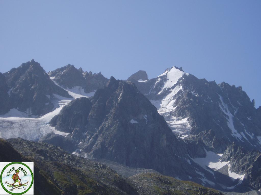 il pic des agneaux svetta scuro sopra i ghiacciai