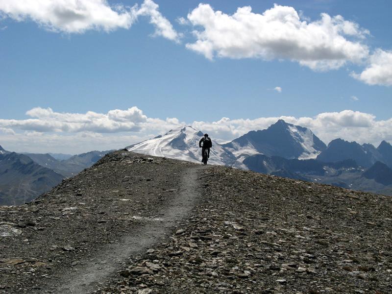 Il cicloalpinista. Sullo sfondo: G.de Motte e G.de Casse