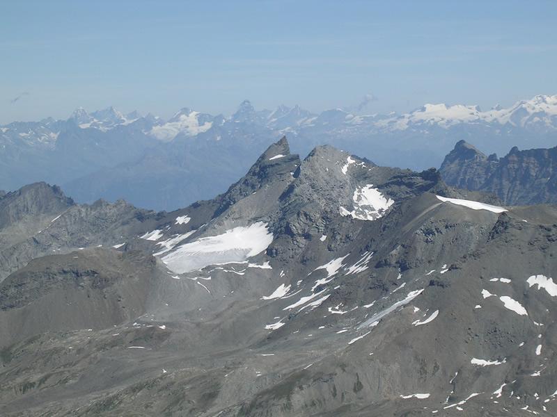 Grande Rousse in primo piano, Cervino e Breithorn sullo sfondo