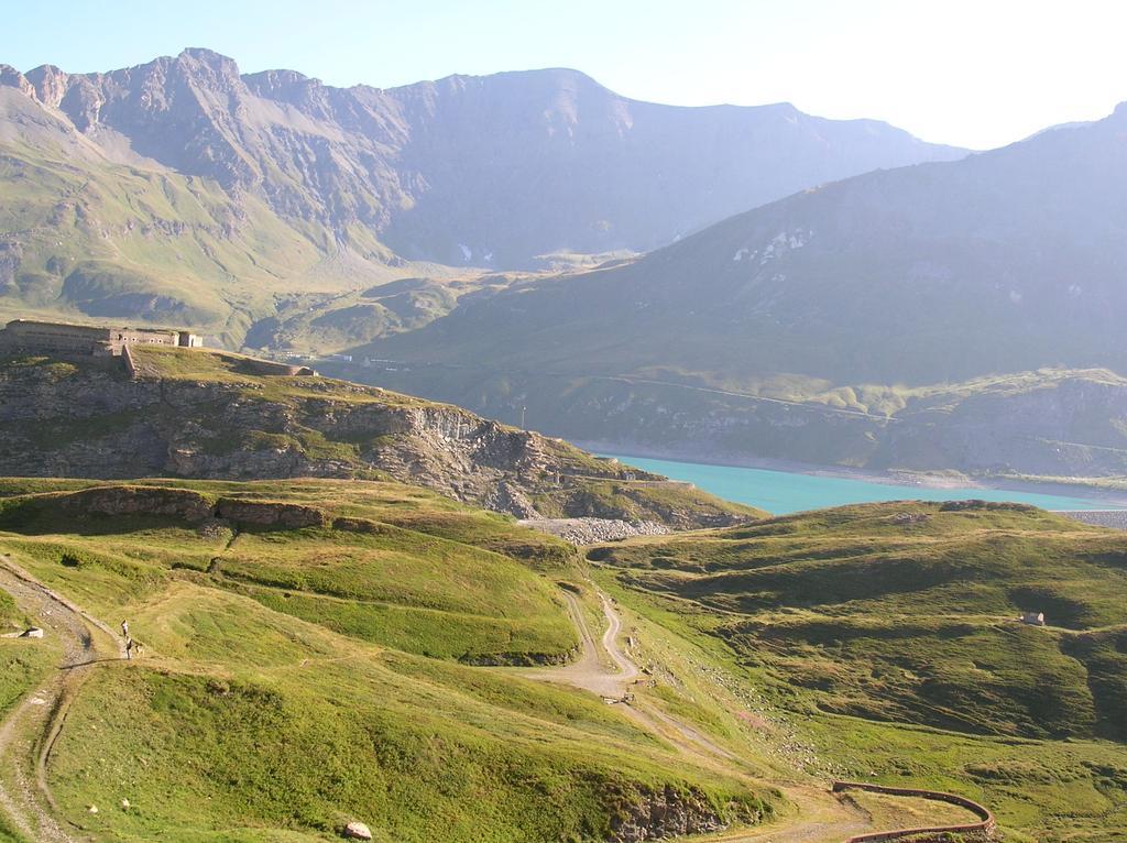 Salendo si continua a vedere il Lago del Moncenisio