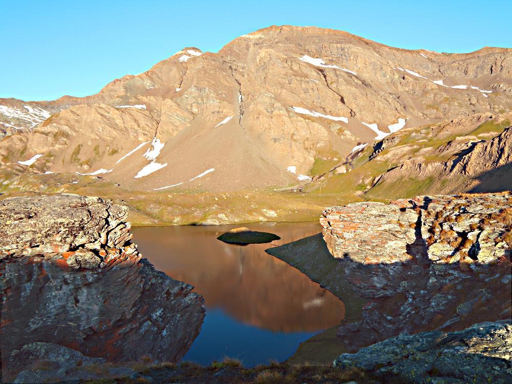 Lago Rosset  con isola e Grande Vaudala al mattino