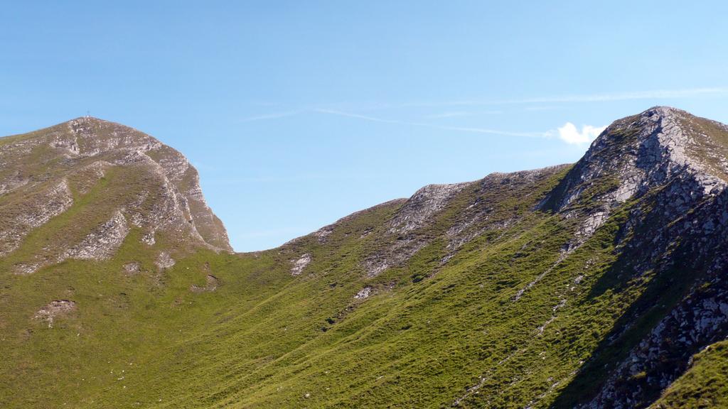 A sinistra il Monte Sagro a destra il Monte Spallone