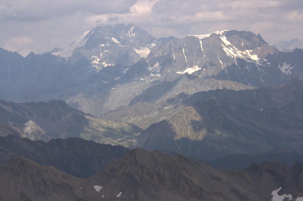 panorami dalla cima : Grand Combin (a sinistra) e Mont Velan (a destra) (22-8-2009)