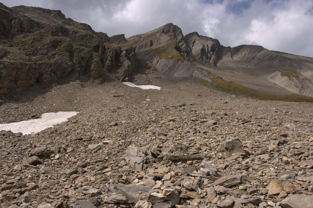 nella conoide iniziale del ripido canalone Est della Grande Rochère (22-8-2009)