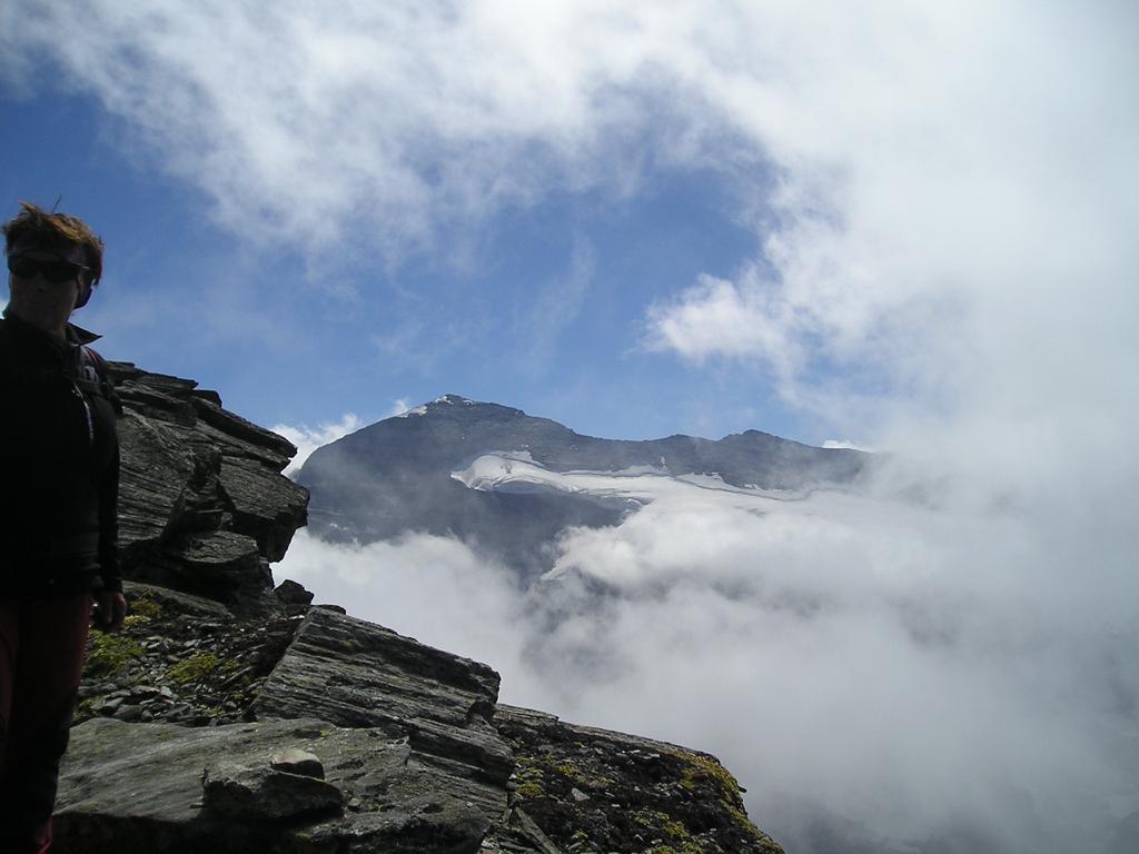 Assunta in vetta, sullo sfondo il Monte Leone