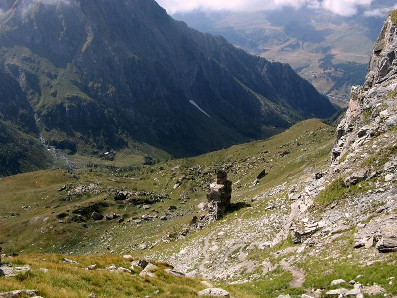 Il Vallone di Mascognaz, con il caratteristico monolite.