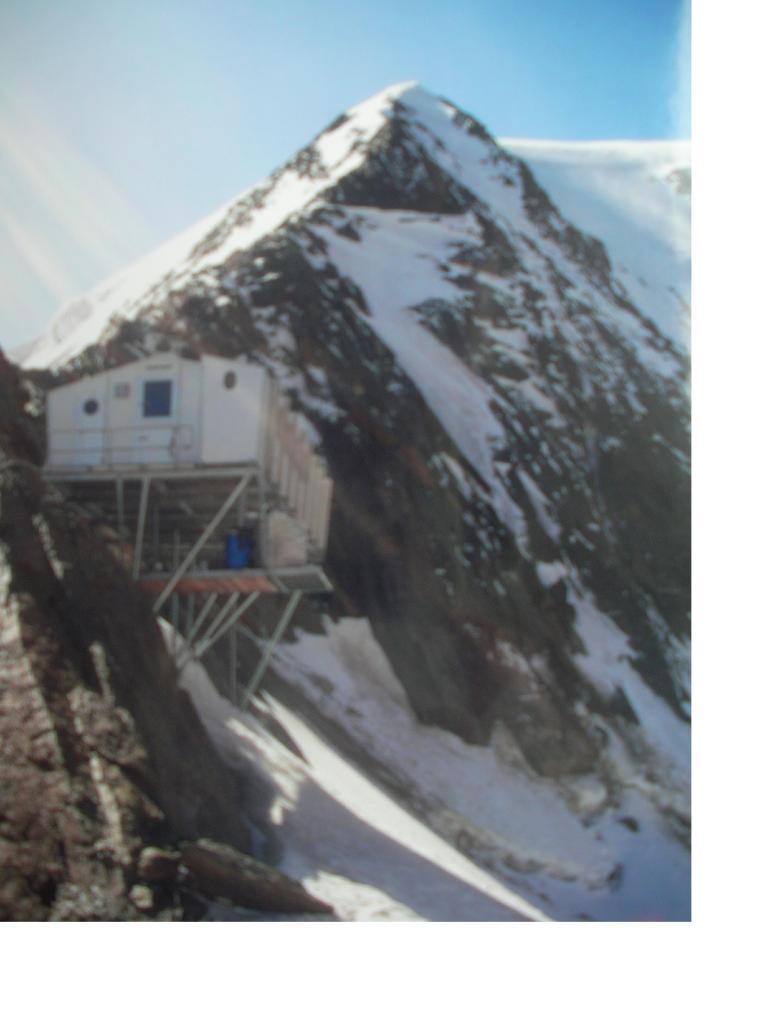 Il Michabeljochbiwak con dietro la cresta nord dell'Alphubel