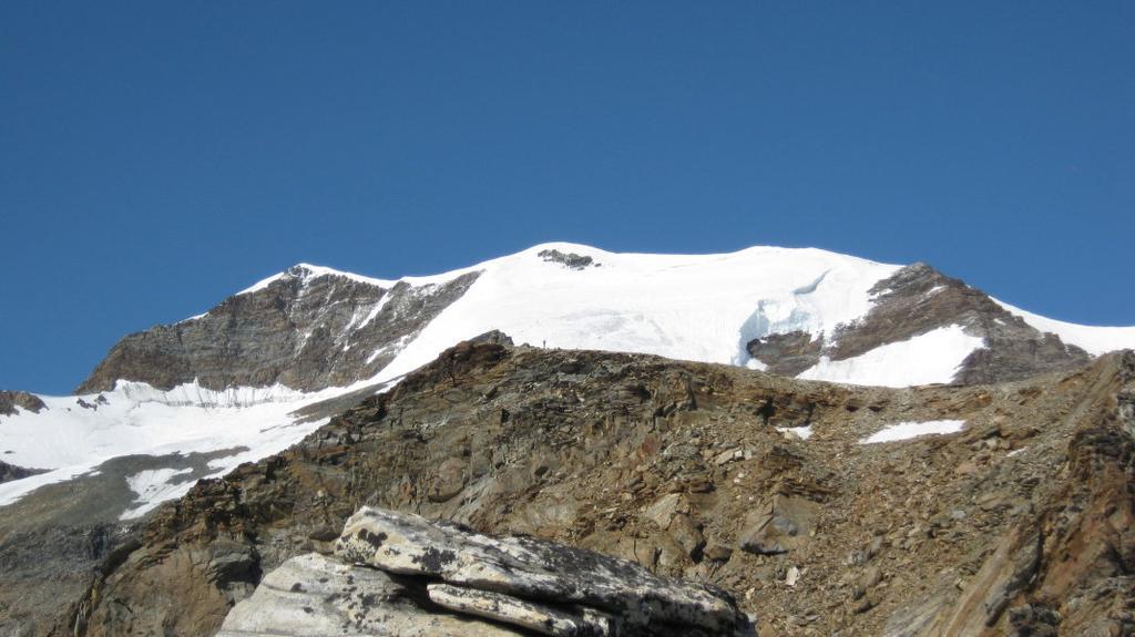 La cima con la via di salita e la cresta