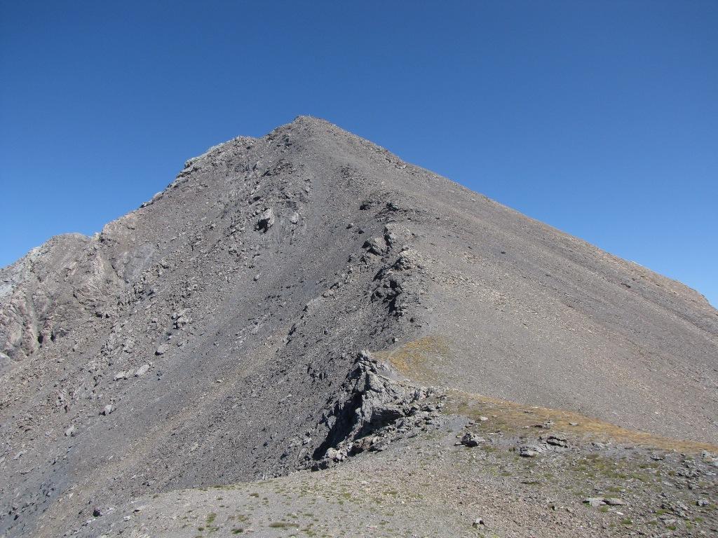 il versante ovest, sulla cresta si intravede la traccia che porta in cima