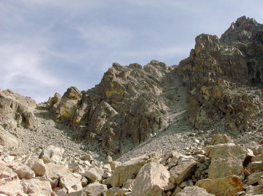 Il canalone che conduce in vetta e la cima