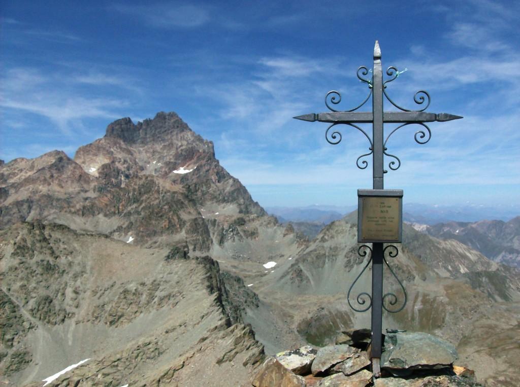 La croce di vetta con lo sfondo del Monviso