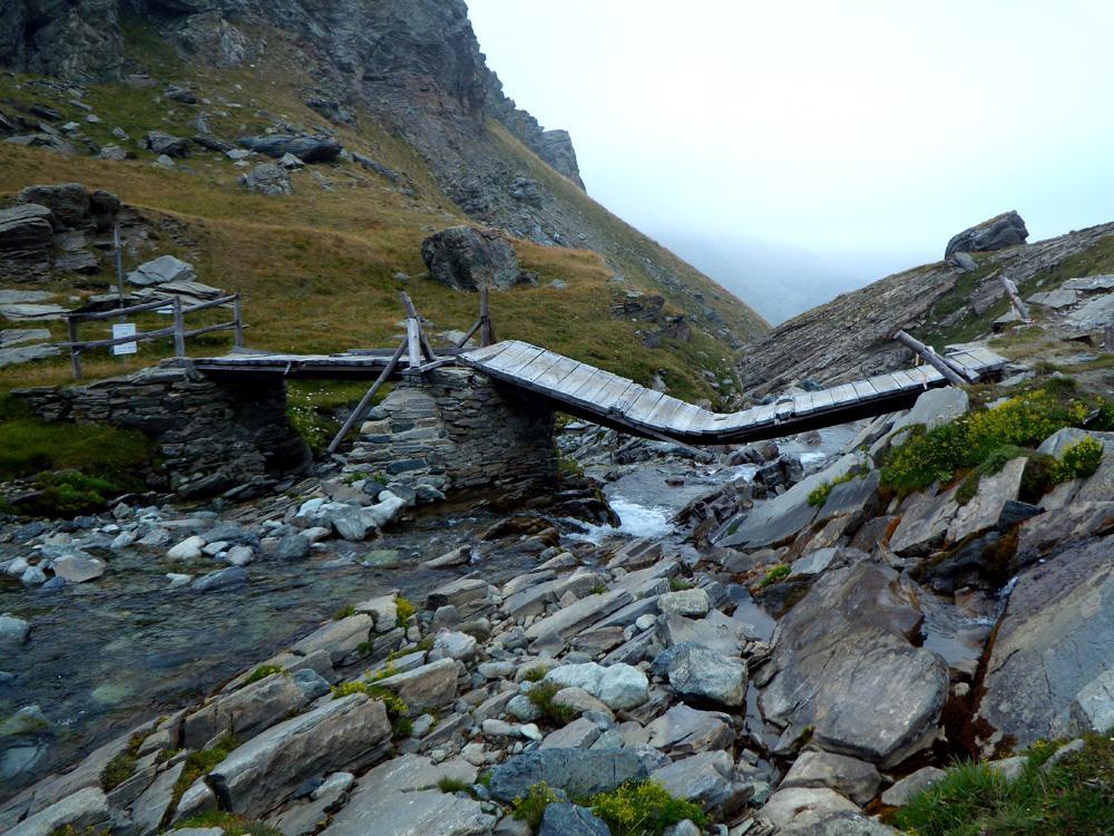 Il ponte sull'Ayasse semidistrutto.