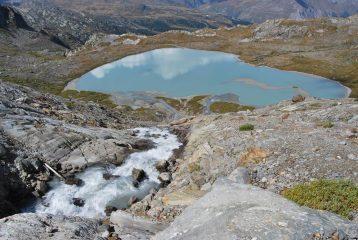 La cascata del Rutor nel lago sottostante, con visibile l'ingresso dell'emissario del Lago Inferiore