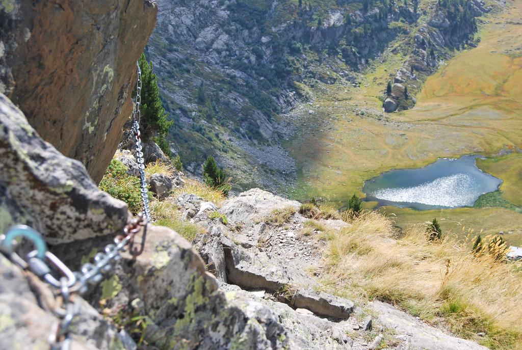 Vista del tratto attrezzato sul sentiero n. 15 e del sottostante Lac du Glacier.