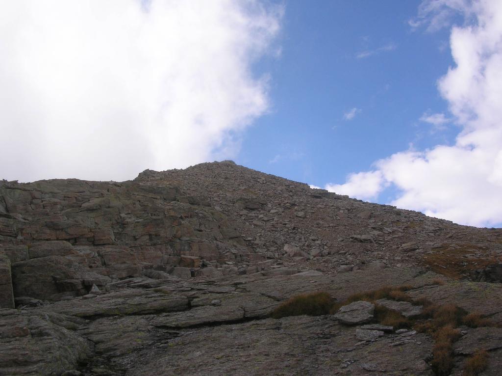 La sommità del Monte Unghiasse vista dall' imbocco del canale roccioso che scende dal Col Bessun.
