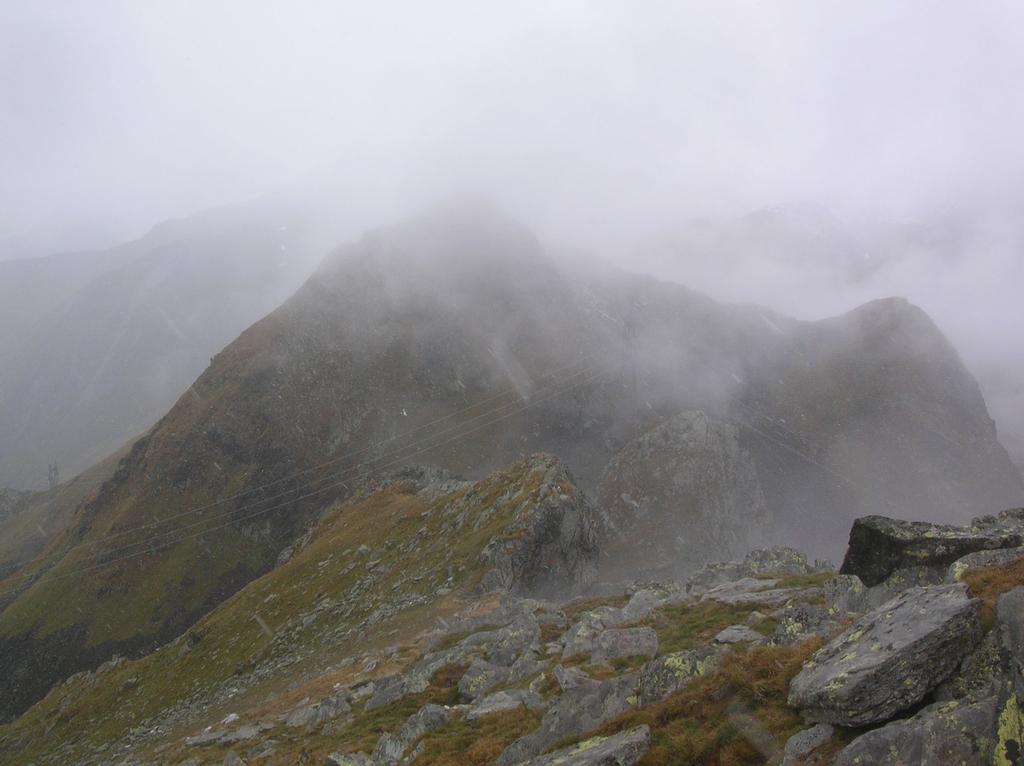 La cresta Ovest del M.te Santanel che scende sul Colle Santana. In primo piano la spalla rocciosa dalla quale bisogna deviare sul versante meridionale (sinistra) del Santanel.