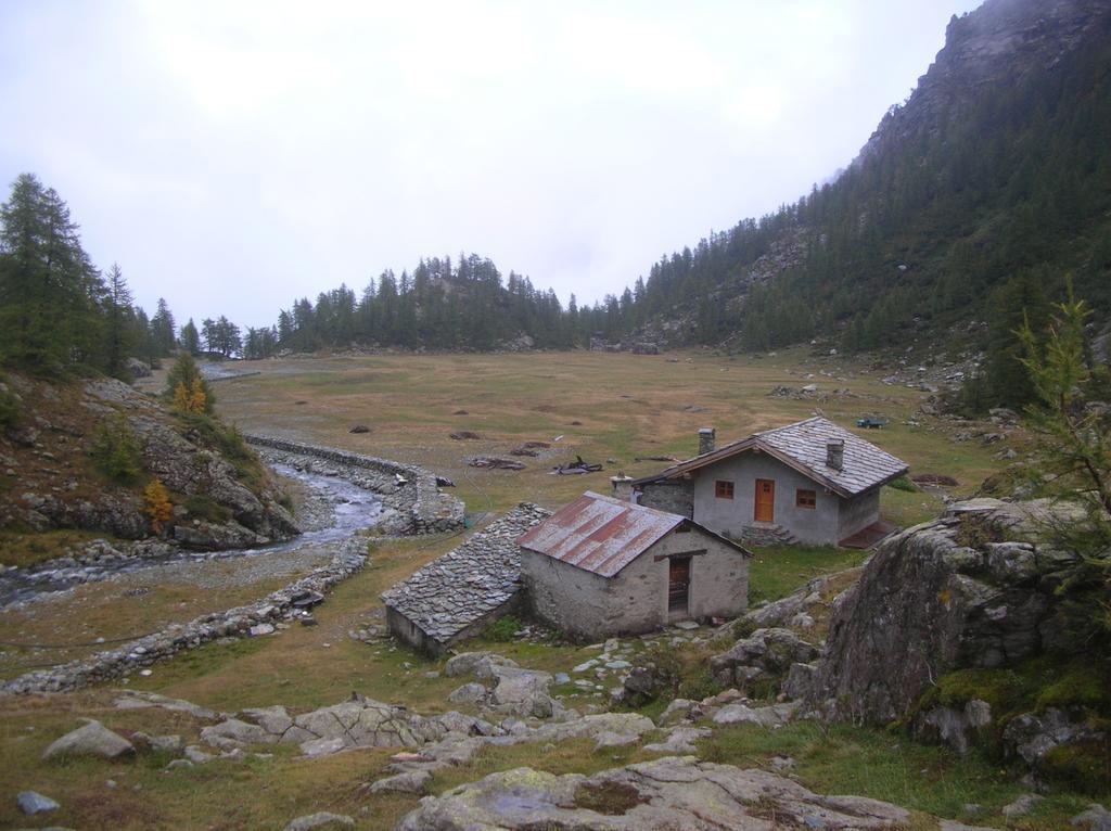 Il pianoro dell' Alpe Vercoche nel vallone omonimo.