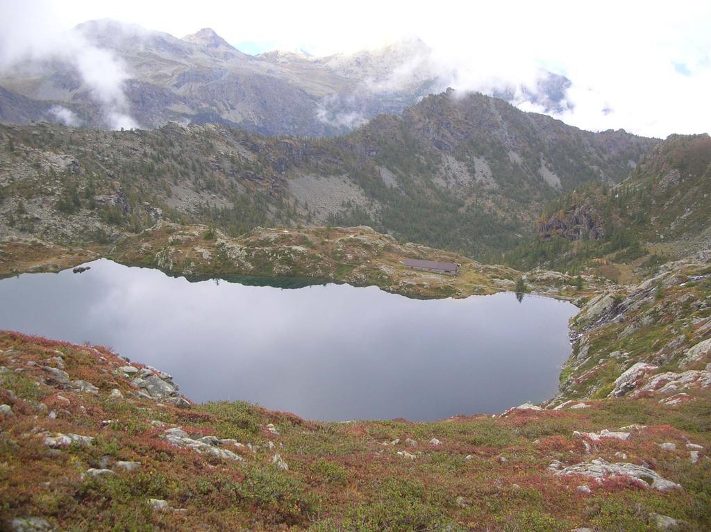 Il lago di Vercoche con, sulla sua sponda settentrionale, la costruzione dell'ENEL una cui parte è adibita rifugio (Rifugio dei Pescatori).