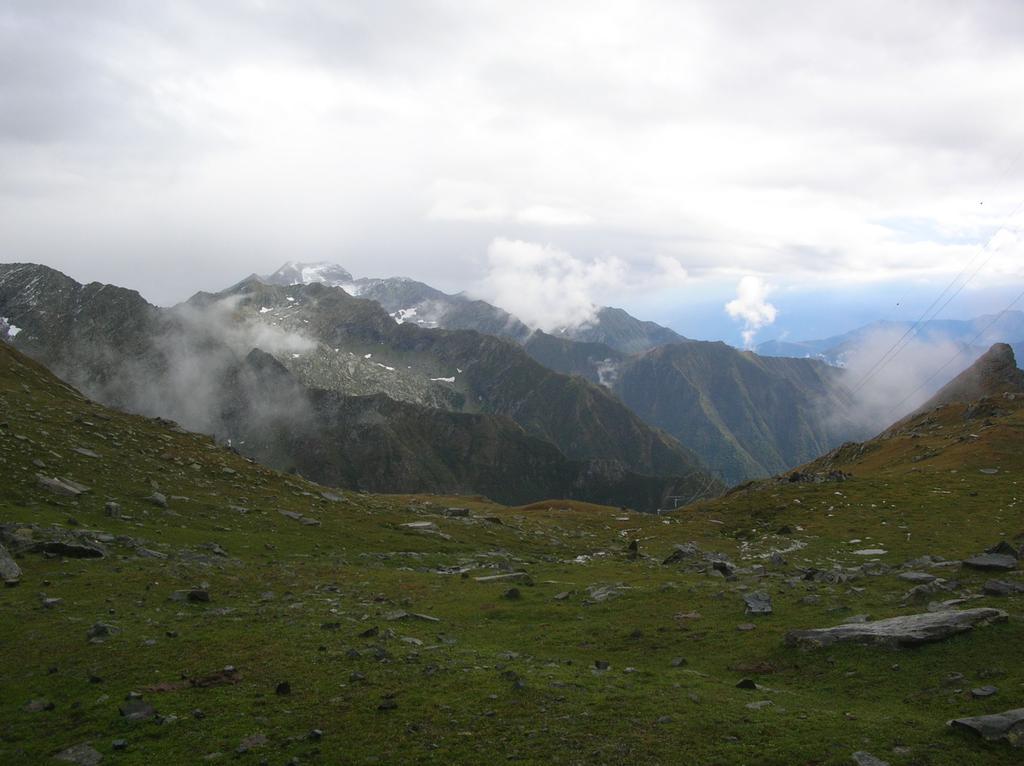 Il vallone che da Col Santana scende verso Piamprato. A sinistra, non visibile, si trova il lago Santanel.
