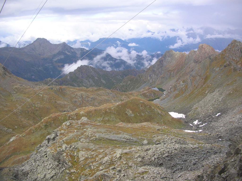 L'alto Vallone di Vercoche visto dal Col Santana: in lontananza, sulla destra, i laghi Molera e Piana, sullo sfondo, a sinistra, la Cima Piana.