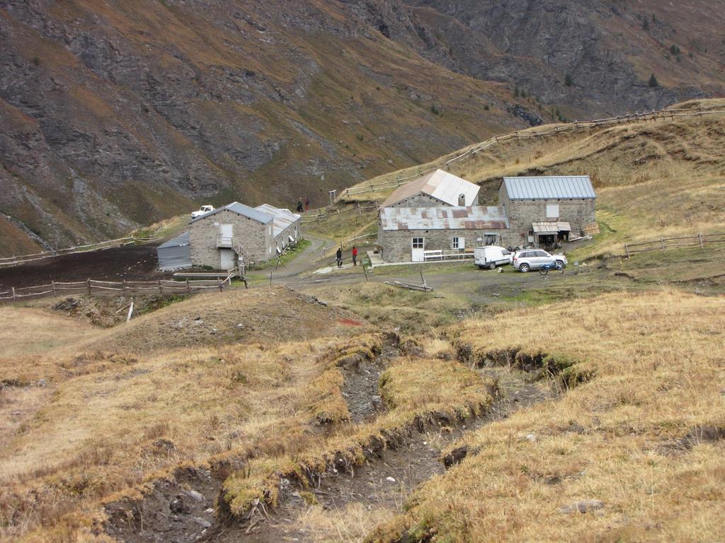 Alpeggi del Gran Miol m. 2440, dove abbiamo iniziato questa bella escursione (20-9-2009)