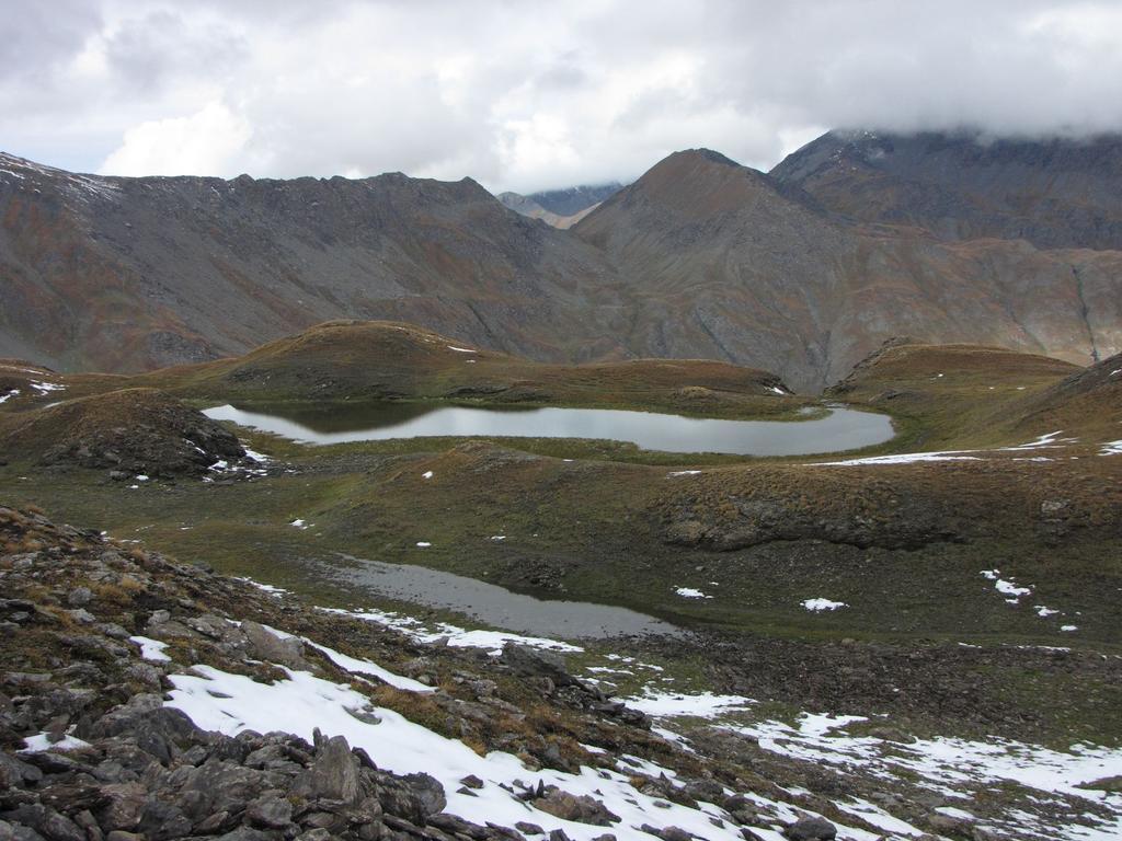 un piccolo laghetto visto durante la salita al Passo della Longia (20-9-2009)