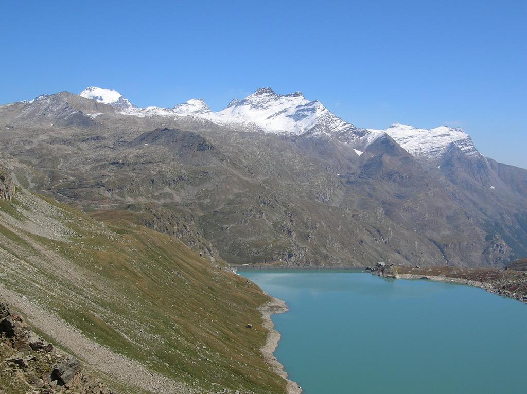 Lago Serru, dietro Punta Fourà e Gran Paradiso