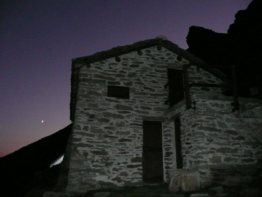 Al rifugio dopo il tramonto.