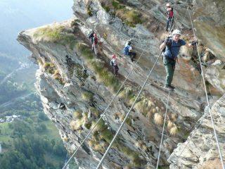 in azione al ponte tibetano