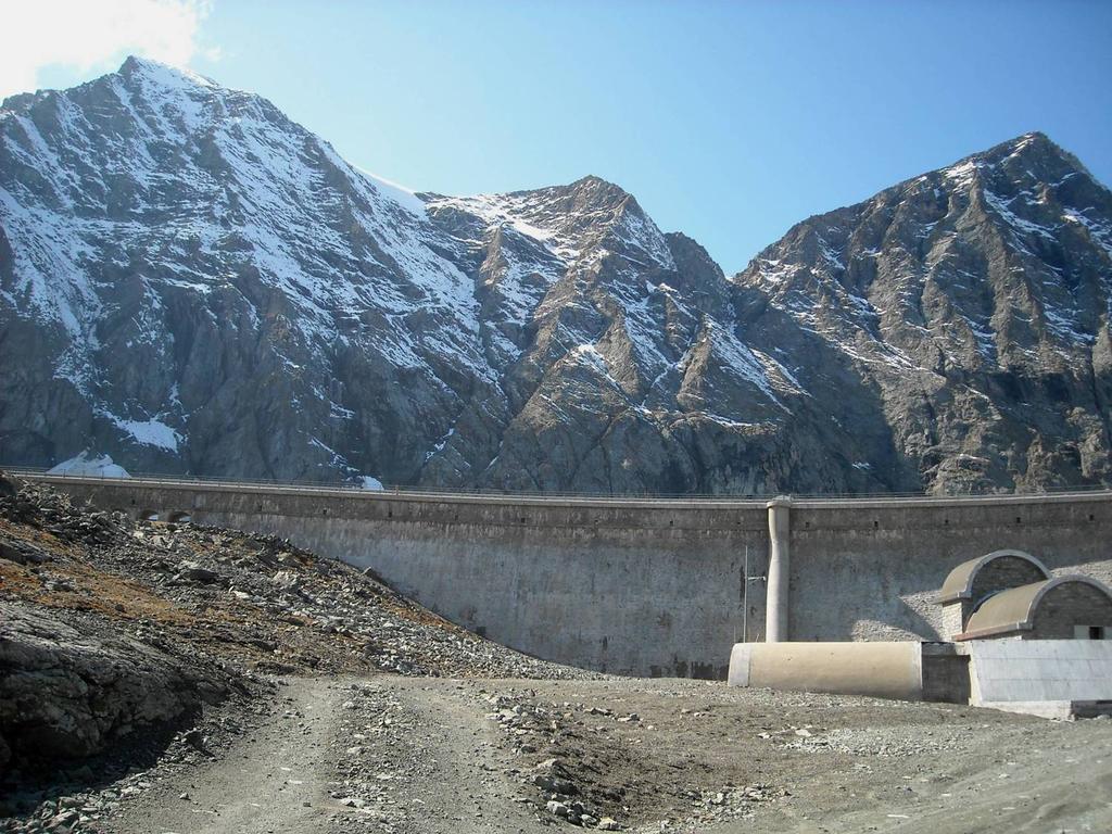 La diga del lago della Rossa con dietro Croce Rossa e P.ta Arnas