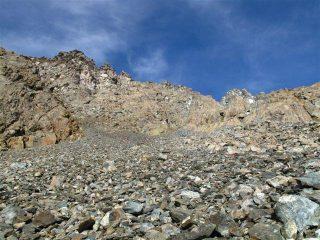 La pietraia da risalire e dietro la cresta