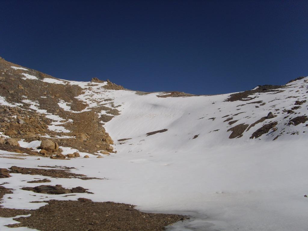 02 - Salendo, il passo dei Fourneaux settentrionale. La neve è ghiacciata fino alle 12, meglio seguire i ghiaioni