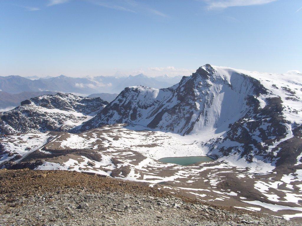 11 - Conca del Galambra con l'omonimo lago, visto dalla cima dei Fourneaux