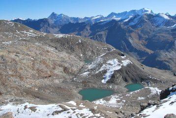 I laghi del Truc Blanc. Sullo sfondo la catena del Gran Paradiso, e la cresta dal Col di Sort al Taou Blanc