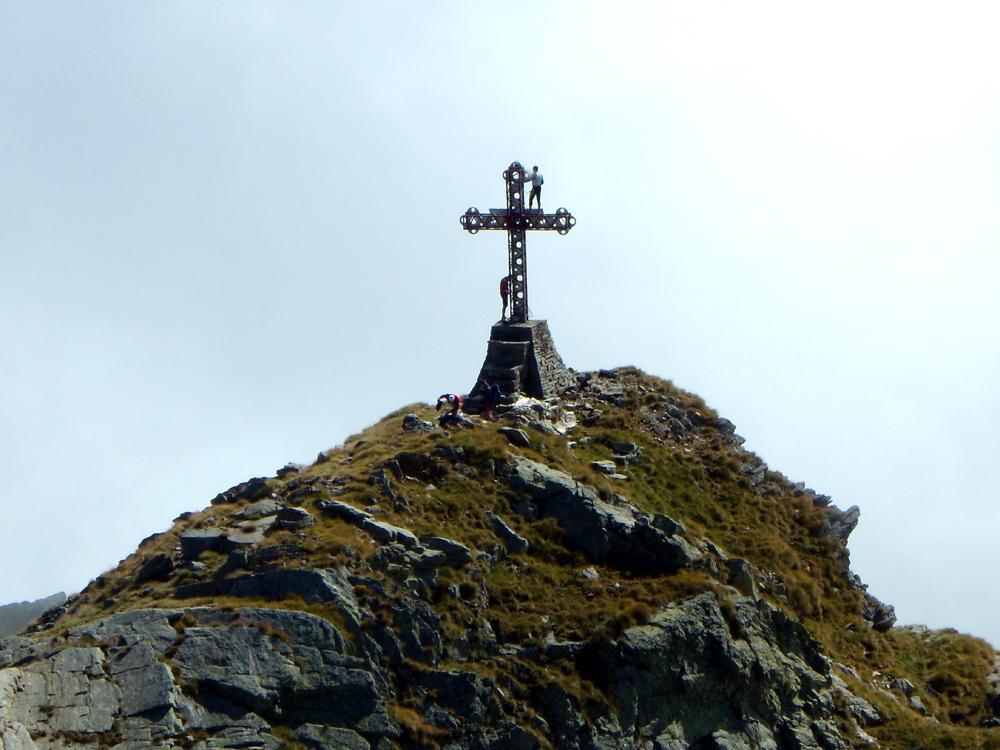 Lavori di manutenzione sul faretto della croce.