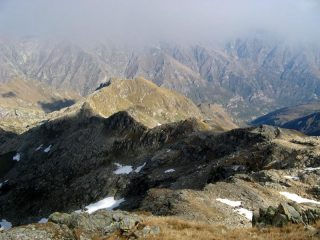 Il percorso di discesa con la cresta che conduce alla P.ta del Mariasco
