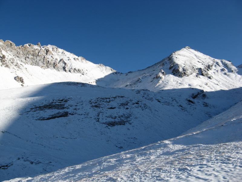 La sella tra il Monte Platasse sulla destra e le Rocce del Rouit