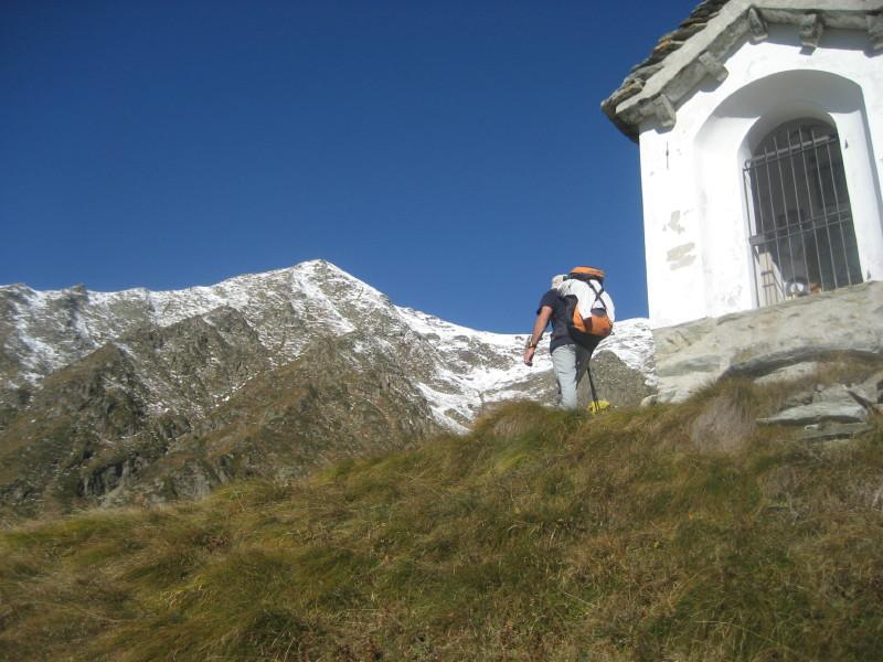 Il Pizzo del Moro fotografato dalla cappella nei pressi dell'alpe Vallè piat (piatto)