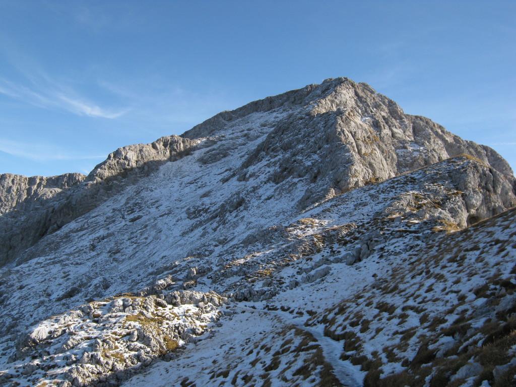 Uno sguardo verso la cima con la discesa ghiacciaia