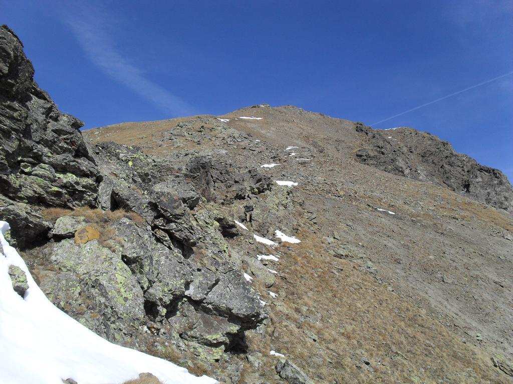 La cresta finale con la cima  innevata del Monte Rosso