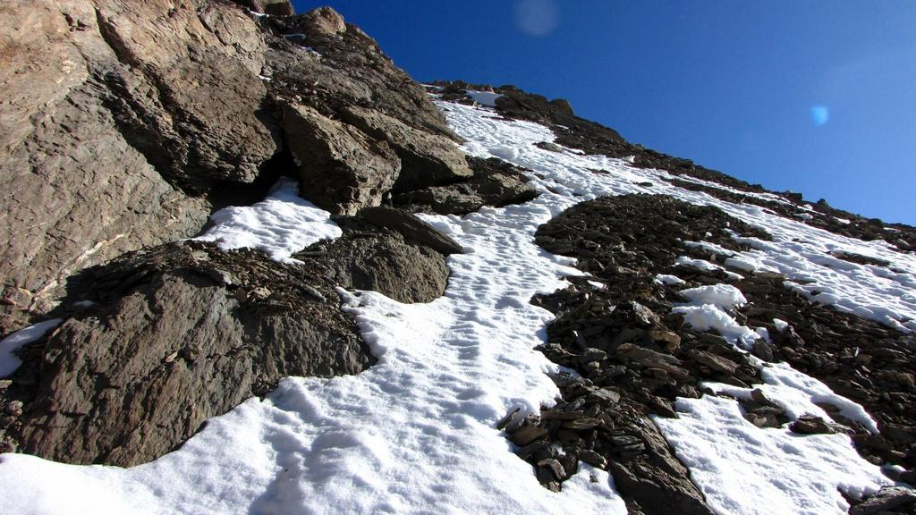 seguendo la neve rimasta nel canale SO della Tete de l'Homme (1-11-2009)
