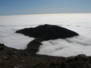 Cima Bossola emerge dalle nubi