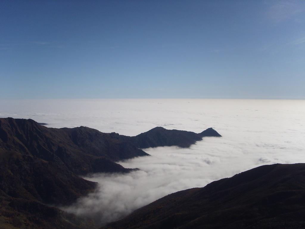 06 - Nuvole a perdita d'occhio verso la pianura, Rocca Sella è l'ultimo punto al sole