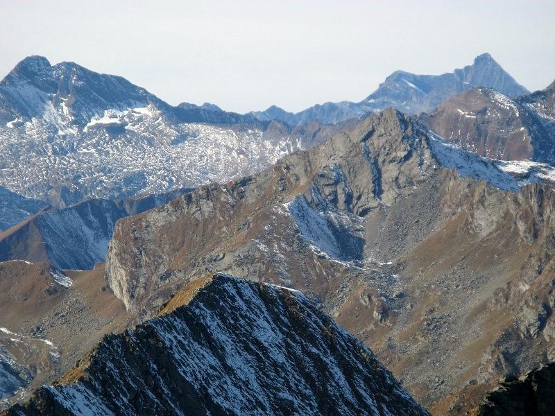 In primo piano la cresta SE di P.ta Dondogna; dietro la cresta Sud del M.te Marzo; sullo sfondo Torre Lavina e Grivola