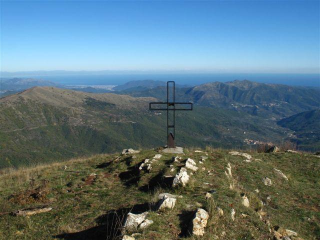 La croce del M. Grande, dietro la costa ligure