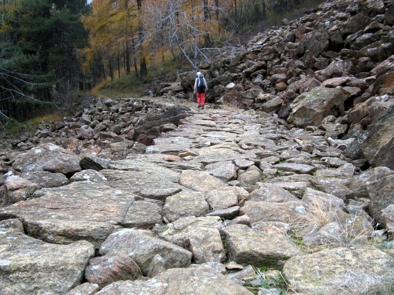 Selciato che attraversa la grande pietraia