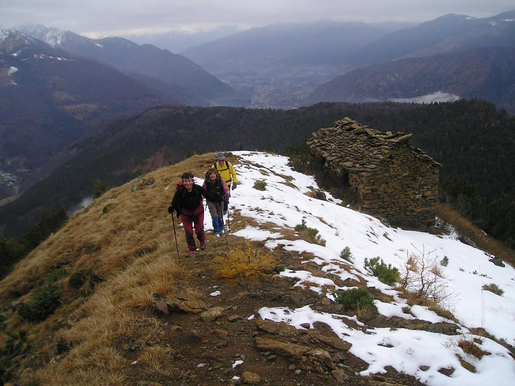 Assunta, Luigina e Walter salendo lungo il sentiero