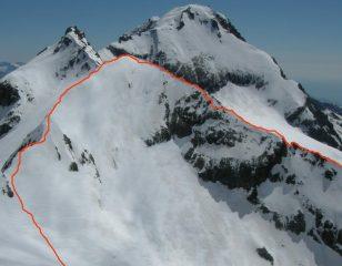 La cresta SSO a destra e la via normale di discesa a sinistra