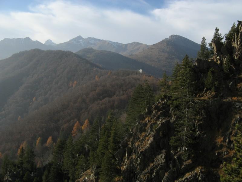 Sullo sfondo Torre di Ovarda e Monte Ciorneva, a destra Rocca Moross