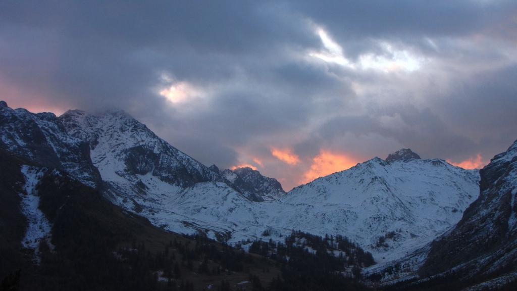 il primo sole del giorno tenta di sbucar fuori dalle nuvole (22-11-2009)